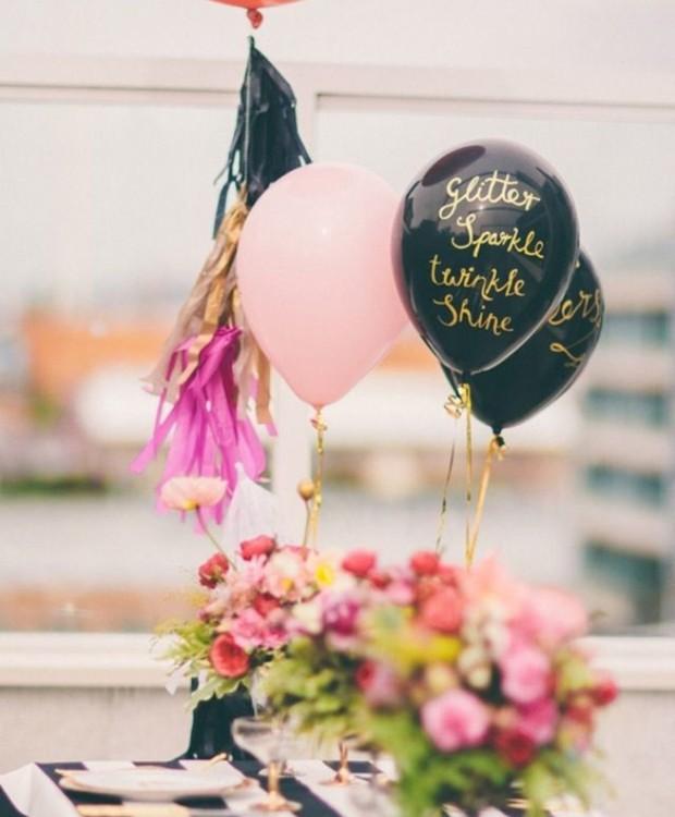 As bexigas são sinônimos de festa, principalmente de aniversário. Em vez de pendurá-las no teto ou apoiá-las na parede, passe fita coloridas em sua base e as amarre na ponta da mesa. Por fim, escreva mensagens de felicitações ou bons desejos. O enfeite va (Foto: Reprodução/Pinterest)