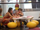 Ingrid Guimarães leva a filha para brincar em shopping