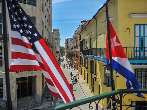 Bandeiras dos Estados Unidos e de Cuba são vistas nesta quinta-feira (17) em Havana (Foto: YAMIL LAGE / AFP)