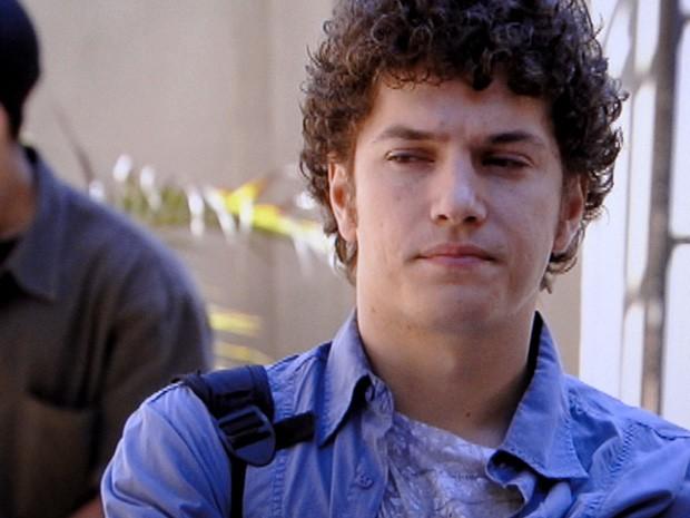 Gabriel vê Cristal e Tomás juntos e fica bolado (Foto: Malhação / TV Globo)