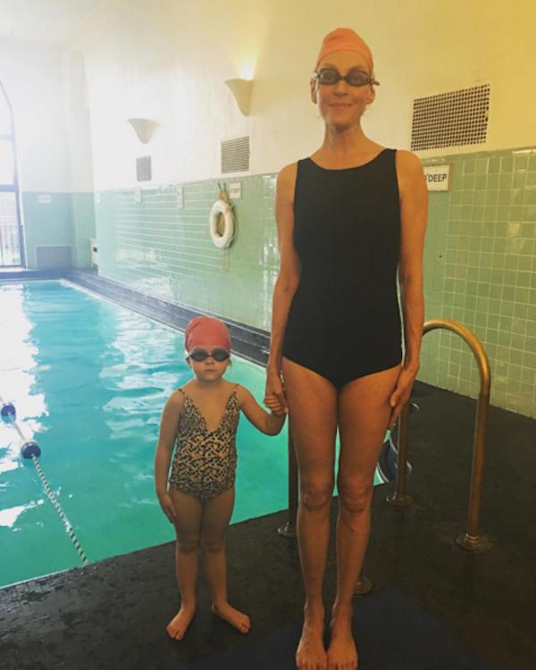 A atriz Uma Thurman e sua filha de três anos antes de entrarem na piscina (Foto: Instagram)