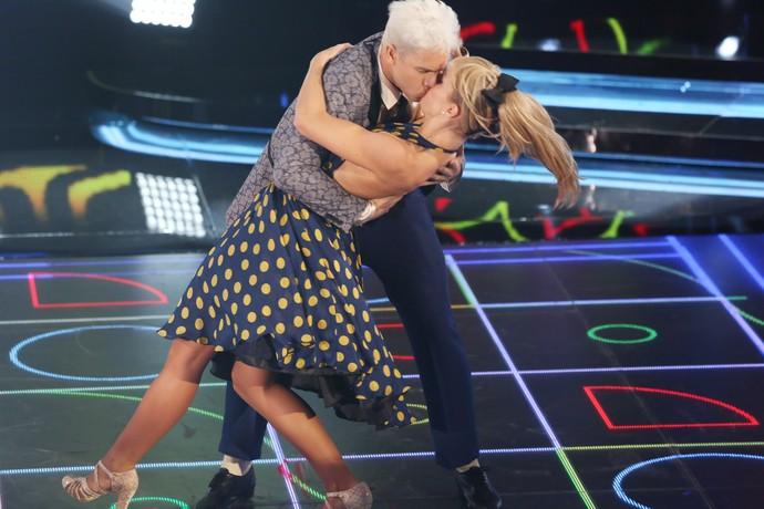 Rainer Cadete e Ju Valcézia deram beijão no palco (Foto: Carol Caminha/Gshow)