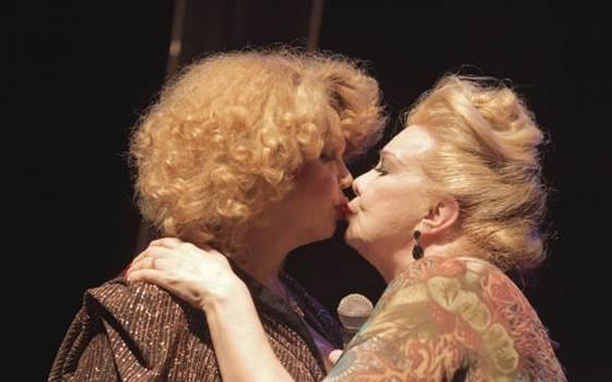 Rogéria e Jane di Castro - beijo entre duas atrizes travesti contra o falso moralismo (Foto: Reprodução Facebook)