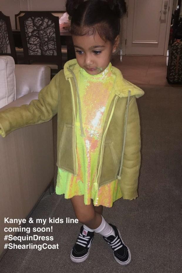 North West usa look da linha infantil de Kim Kardashian e Kanye West (Foto: Reprodução)
