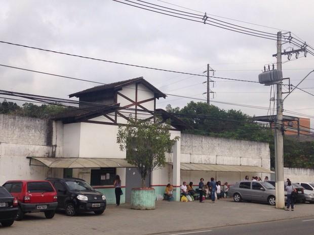 Famílias aguardavam por informações na frente da penitenciária (Foto: Larissa Vier/ RBS TV)