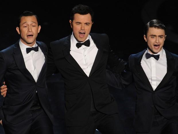 Os atores Joseph Gordon-Levitt, Seth MacFarlane e Daniel Radcliffe cantam na cerimônia do Oscar 2013 (Foto: Robyn Beck/ AFP)