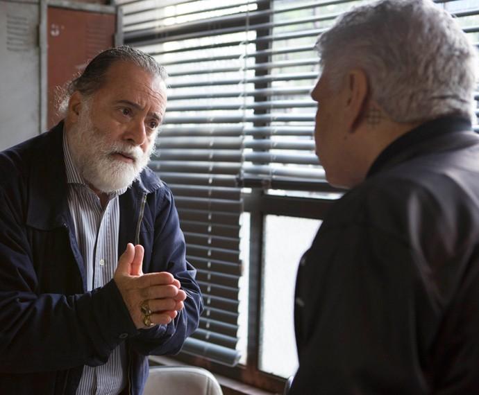 Zé Maria implora para que Tio não vá em frente com plano de matar Juliano (Foto: Inácio Moraes/ Gshow)