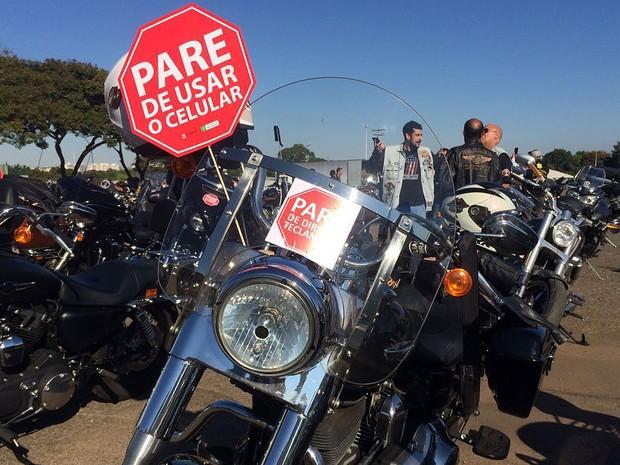 Cartaz em moto pede fim de uso de celular ao volante (Foto: Mateus Vidigal/G1)