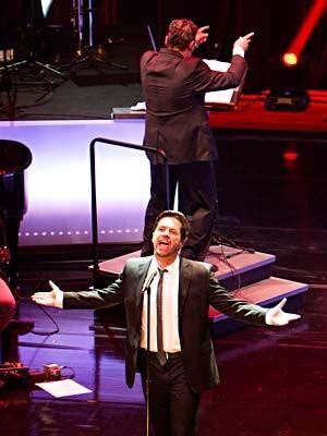 Pedro Mariano durante show com orquestra (Foto: Dani Gurgel/Divulgação)