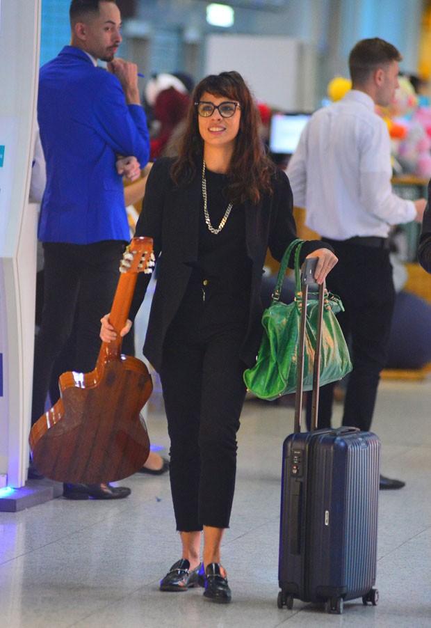 Maria Ribeiro: violão em uma mão e bolsa de grife em outra (Foto: AgNews / William Oda)