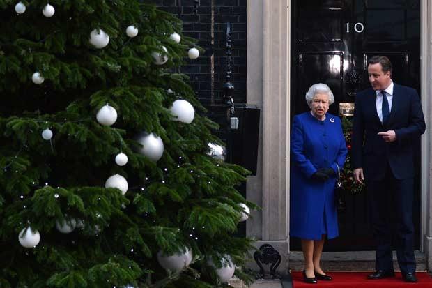 A Rainha Elizabeth II e o premiê britânico David Cameron nesta terça-feira (18) em Downing Street (Foto: AFP)