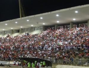 Torcida do CRB marcou presença na estreia diante do Feirense (Foto: Henrique Pereira /  Globoesporte.com)
