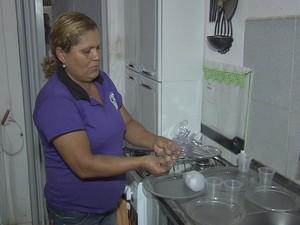 Moradora usa descartáveis (Foto: TV Verdes Mares/Reprodução)