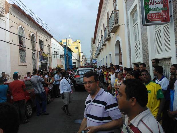 Tentativa de assalto chamou a ação de muitos curiosos (Foto: Dalva Rêgo/TV Mirante)