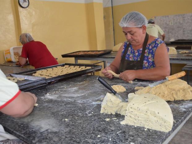 Enroladeiras preparam biscoitos em padaria de São Tiago, MG (Foto: Samantha Silva / G1)