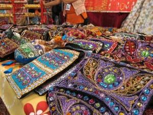 Feira reúne artesanato de diversos países (Foto: Reprodução/TV Tribuna)