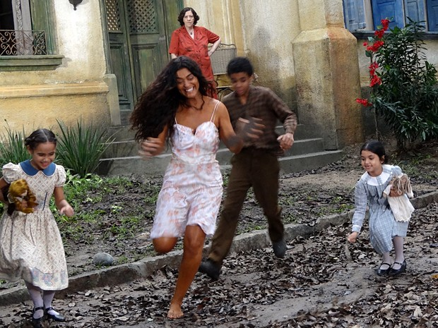 Gabriela brinca com as crianças (Foto: Gabriela/TV Globo)