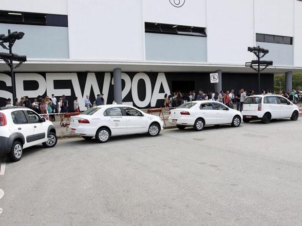 Táxis em frente ao local onde veículo do Uber foi apreendido (Foto: Celso Tavares/Ego)