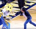 """Joanna Jedrzejczyk """"nocauteia"""" mascote de time da NBA em Denver"""