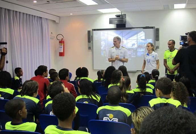Bernardinho e Fabi participam de ação social na comunidade de Nova Brasília, no Complexo do Alemão (Foto: Carol Fontes)