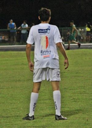 'Jogador-fita' tentou até criar um número 1, porém não convenceu o árbitro que mandou trocar de camisa (Foto: Imagem/Tércio Neto)