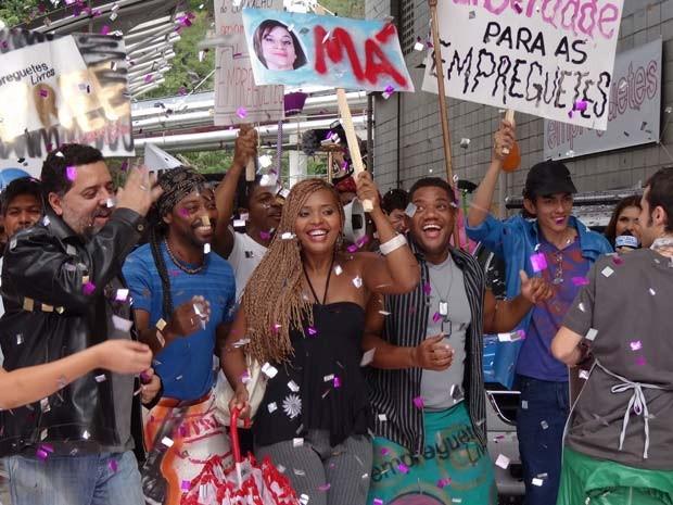 O povo se reúne e tira sarro das ex-patroas das empreguetes (Foto: Cheias de Charme / TV Globo)