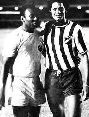 Pelé e Alberi se cumprimentam antes da partida entre ABC e Santos (Foto: Ribamar Cavalcante/ Acervo Pessoal)