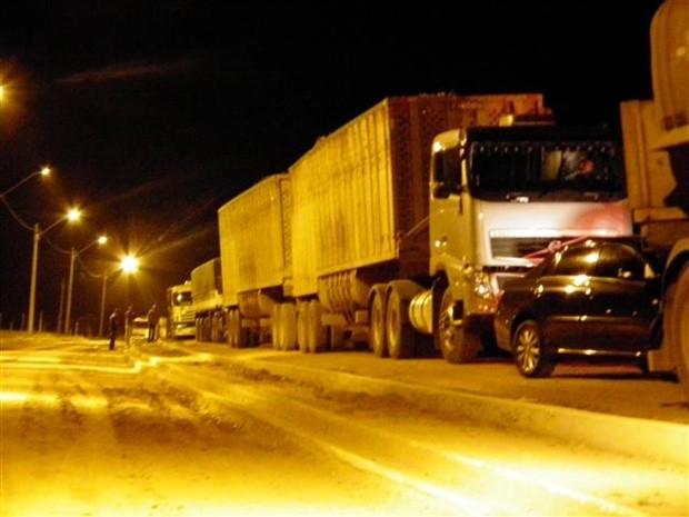 Caminhoneiros interditaram a vicinal entre Tabapuã e Catiguá para protestar (Foto: Reprodução / TV Tem)