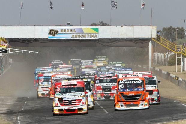 Grid de largada da corrida no Autódromo Juan y Oscar Gálvez, em Buenos Aires. (Foto: Divulgação/Fórmula Truck)