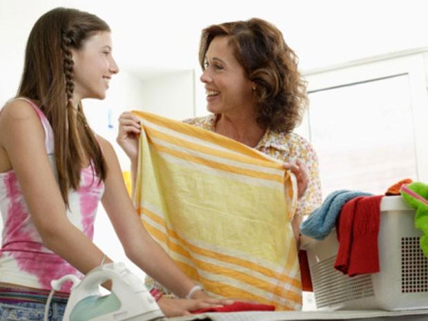 Ajudar nas tarefas de casa pode ser uma boa forma de ganhar pontos com seus pais (Foto: Divulgação)