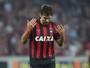 Atlético-PR anuncia renovação de contrato com zagueiro Paulo André