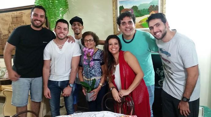 Músicos da banda Samba de Donanna entregam orquídea para Anna, que deu origem ao nome do grupo  (Foto: Arquivo pessoal)
