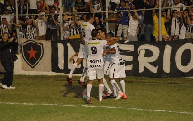 Jogadores do Botafogo-pb comemoram o gol  (Foto: Richardson Gray / Globoesporte.com/pb)