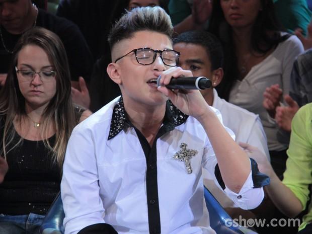 MC Gui se apresenta durante o programa Altas Horas deste sábado (Foto: TV Globo/Altas Horas)