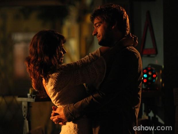 Muito romance! Manu conhece quarto de Davi (Foto: Camila Camacho/TV Globo)