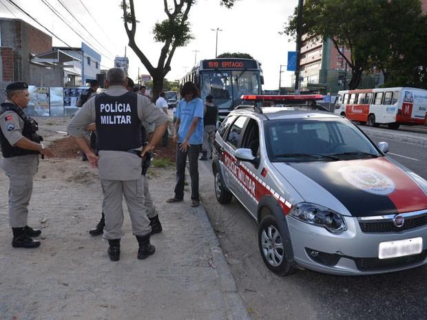 Homem foi detido pela Polícia Militar após tentar entrar em ônibus sem pagar a passagem. Ele alega que queria evangelizar os passageiros e que foi agredido (Foto: Walter Paparazzo/G1)