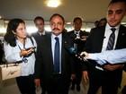 Após revogar ato sobre impeachment, Maranhão chega à Câmara sem falar