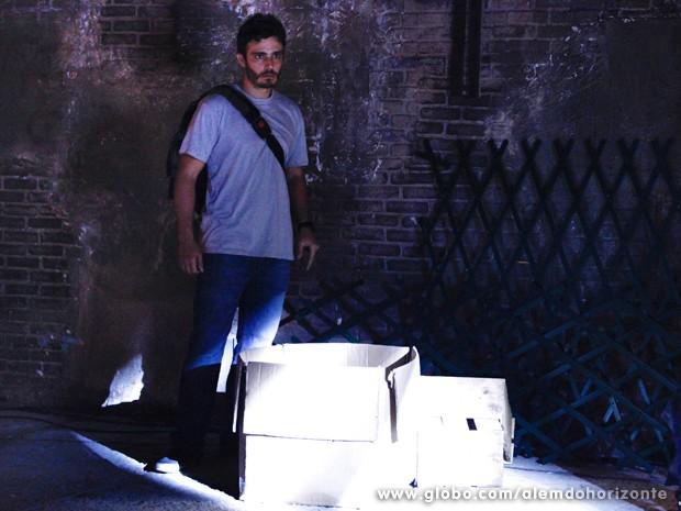 Decepção! William só encontra um livro abandonado no galpão (Foto: Inácio Moraes/TV Globo)