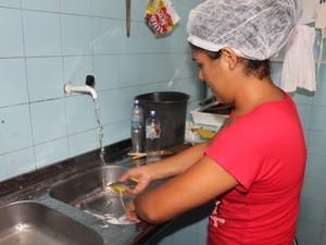 Água usada para lavar a louça da escola será aproveitada com reativação do bioágua (Foto: Juliane Peixinho/ G1)