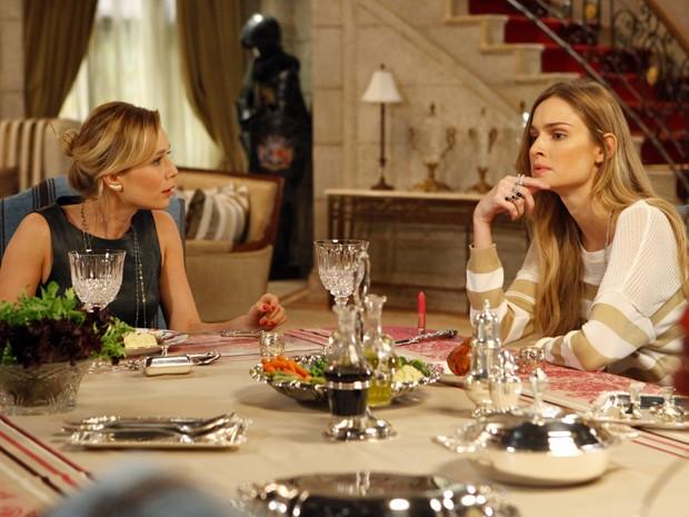 Analú tirar satisfações com Juliana sobre conversa com Nando (Foto: Guerra dos Sexos/TV Globo)