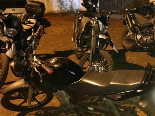 Motocicleta furtada foi apreendida com adolescente (Foto: BPChoque/Divulgação)