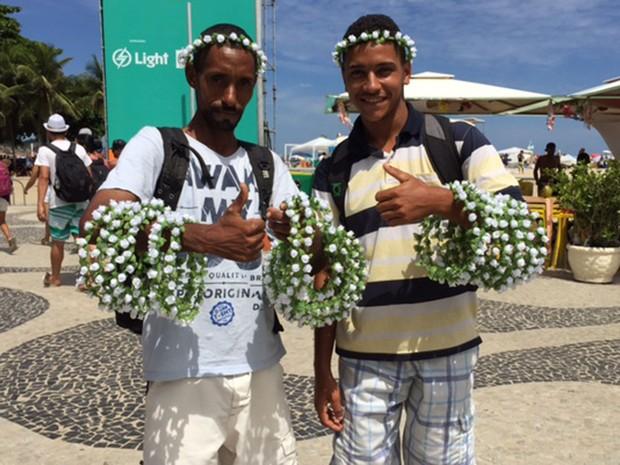 Marcio e Jonatas saíram da Baixada Fluminense para vender os arcos com flores em Copacabana (Foto: Káthia Mello / G1)