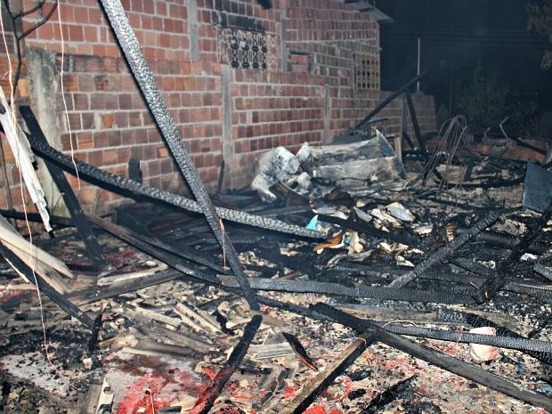 Incêndio em casa de madeira deixou duas crianças mortas (Foto: Rickardo Marques/G1 AM)