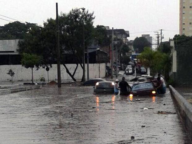Chuva derruba árvores e alaga ruas e casas em São José dos Campos, SP (Foto: Reprodução/ TV Vanguarda)