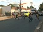 Para garantir segurança, pais de alunos cavam valas em frente à escola