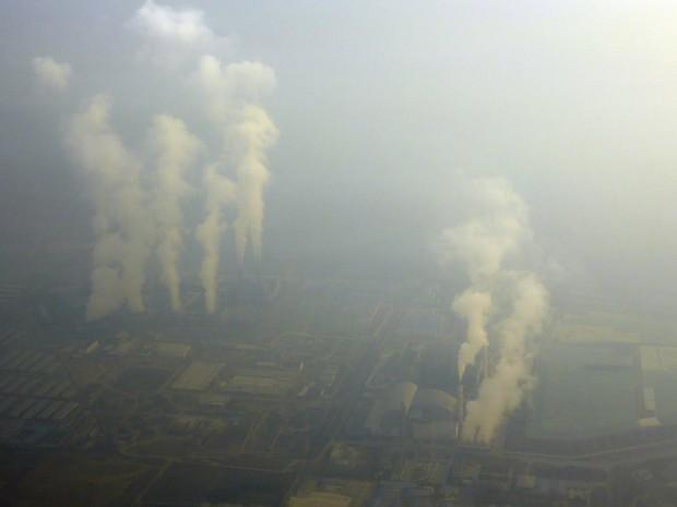 Fumaça aparece em fábrica próxima a Pequim.  (Foto: Stringer /Reuters)