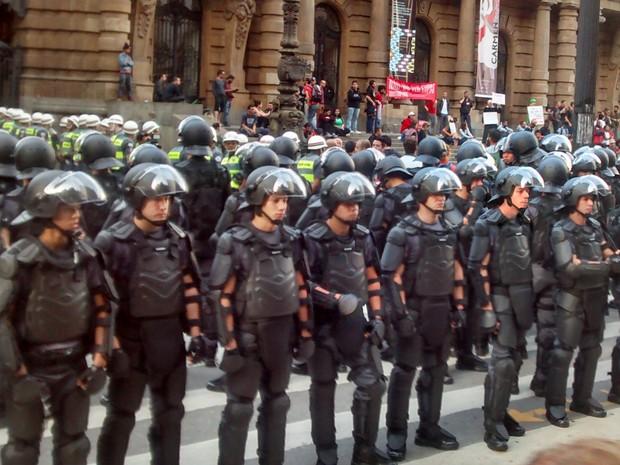 O G1 contou ao menos 105 policiais equipados com armaduras em frente ao Theatro Municipal. (Foto: Fabio Tito/G1)