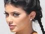 Kylie Jenner usa lente de contato azul para almoçar com namorado Tyga