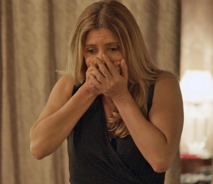 Claudine fica tensa diante da situação (Foto: TV Globo)