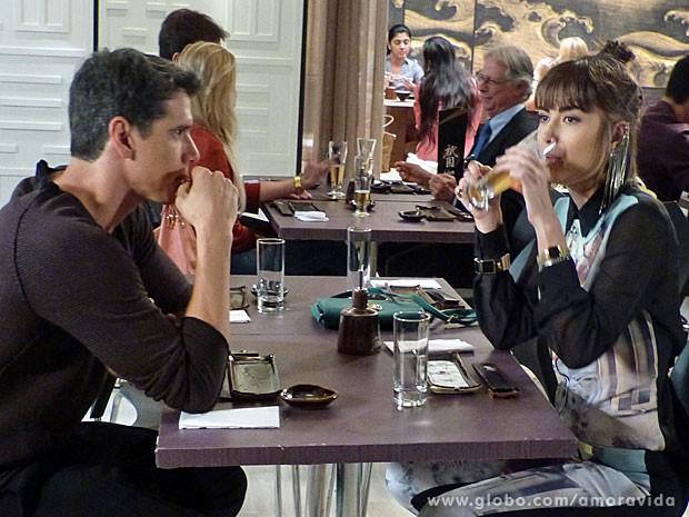 Patrícia precisa até dar um gole na bebida depois do susto (Foto: Amor à Vida/TV Globo)